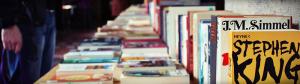 Ein Tisch mit unterschiedlichen Büchern
