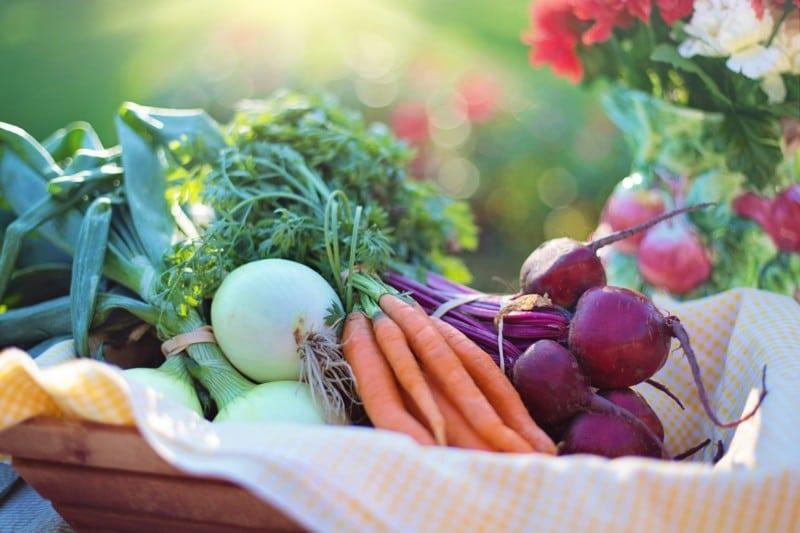Regionale Lebensmittel in einem Gemüsekorb